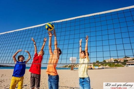 Bóng chuyền là một môn thể thao đối kháng đòi hỏi sự di chuyển liên tục