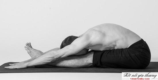 Tư thế ngồi gập người giúp kéo dài lưng và chân, tăng cường sức mạnh cơ gấp hông