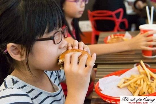 Thức ăn nhanh không tốt cho sức khỏe và chiều cao của trẻ