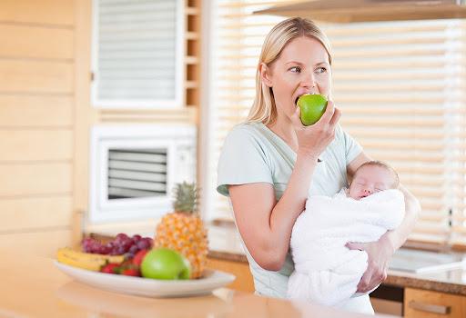Tăng chiều cao cho bé dưới 1 tuổi bằng cách cho mẹ ăn uống đủ chất nâng cao chất lượng sữa