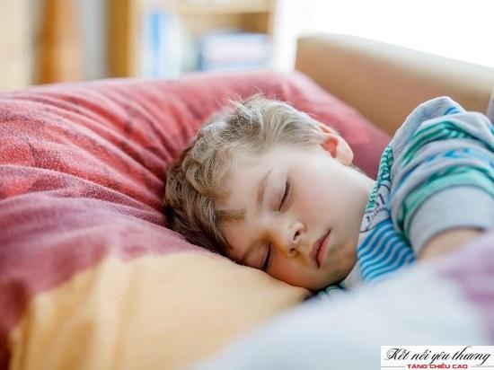 Ngủ sớm tạo điều kiện thuận lợi để cơ thể sản sinh hormone tăng trưởng