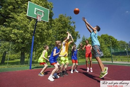 Tăng chiều cao cho trẻ 8 tuổi bằng cách tập chơi bóng rổ.