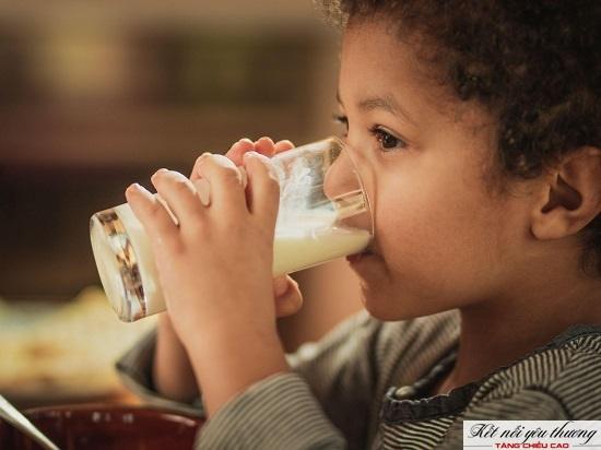 Sữa giúp tăng chiều cao cho trẻ 7 tuổi vì rất giàu dinh dưỡng.