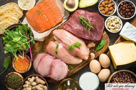 Thịt, cá giúp tăng chiều cao cho trẻ 7 tuổi.