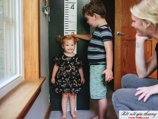 Đo chiều cao thường xuyên để nắm được tiến trình tăng trưởng của trẻ