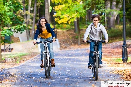 Đạp xe là hình thức vận động hiệu quả giúp kéo dài xương chân.