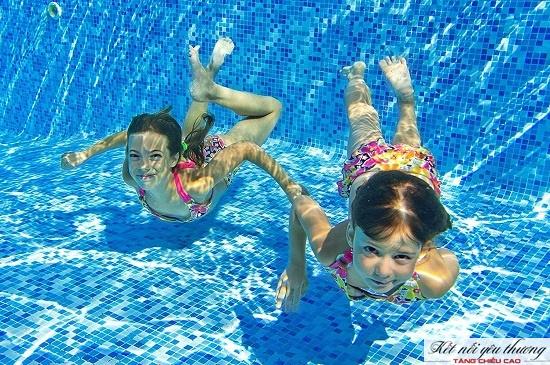 Kỹ năng bơi lội giúp bảo vệ trẻ trong môi trường nước và thúc đẩy phát triển xương