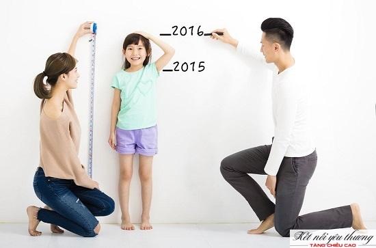 Cha mẹ nên nhắc bé bỏ mũ, giày khi đo chiều cao